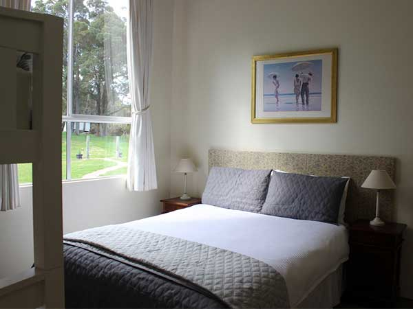queen-bed-at-olive-hill-farm-bed-and-breakfast-margaret-river